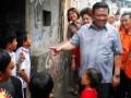 Menko Kesra, Agung Laksono (tengah), mengunjungi rumah warga untuk sosialisasi Kartu Perlindungan Sosial (KPS), di Kelurahan Penjaringan, Kecamatan Penjaringan, Jakarta, Selasa (11/6). Dalam waktu dua minggu mendatang KPS tersebut akan dibagikan kepada masyarakat yang kurang mampu, yang nantinya akan diguanakan untuk mengambil jatah bantuan. ()ANTARA FOTO/Ujang Zaelani)