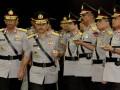 Kapolda Jawa Barat yang baru Irjen Pol. Suhardi Alius (kedua kiri) bersama Irjen Pol. Tubagus Anas Angkawijaya (kiri) pada serah terima jabatan Kapolda di Mabes Polri, Jakarta, Rabu (12/6). Suhardi Alius yang sebelumnya menjabat Kepala Divisi Hubungan Masyarakat Polri menjadi Kapolda Jawa Barat menggantikan Irjen Pol Tubagus Anis Angkawijaya yang selanjutnya menempati jabatan Kepala Divisi TI Polri. (ANTARA FOTO/M Agung Rajasa)