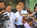 Kepala Unit Kerja Presiden bidang Pengawasan dan Pengendalian Pembangunan (UKP4) Kuntoro Mangkusubroto (tengah) didampingi wakil pimpinan KPK Bambang Widjojanto menjawab pertanyaan wartawan usai mengikuti rapat koordinasi pupuk dan gas di Gedung Komisi Pemberantasan Korupsi, Jakarta, Kamis (13/6). Rapat tersebut membahas terkait isu ketahanan pangan dan ketahanan energi nasional penyediaan gas untuk pabrik pupuk. (ANTARA FOTO/Wahyu Putro A)