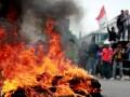 Puluhan mahasiswa saat menggelar aksi demo di depan kampus Universtas Negeri Gorontalo, Jumat (14/6). Selain menggelar aksi, mahasiswa juga menahan 3 mobil dinas plat merah, hal ini dilakukan untuk menolak rencana kenaikan bahan bakar minyak (BBM) oleh pemerintah. (ANTARA FOTO/Adiwinata Solihin)