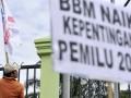 Buruh yang tergabung dalam SPSI berunjukrasa menentang rencana pemerintah yang akan menaikkan harga BBM bersubsidi di depan kompleks gedung Parlemen, Senayan, Jakarta, Jumat (14/6). Kenaikan harga BBM tersebut dinilai hanya akan menyengsarakan rakyat dan menambah angka kemiskinan. (ANTARA FOTO/Andika Wahyu)