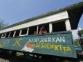 Wisatawan berada di gerbong kereta ketika berkunjung ke Monumen Palagan Ambarawa, Semarang, Jateng, Minggu (16/6). Monumen yang dibangun untuk mengenang pertempuran Palagan Ambarawa pada Desember 1945 tersebut memilikii koleksi berbagai senjata, seragam, tank dan meriam yang digunakan ketika masa perang kemerdekaan. (ANTARA FOTO/Herka Yanis Pangaribowo)