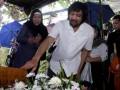 "Suami artis wanita senior almarhum Ully Artha, Gatot (kanan) menabur bunga di pusara istrinya, di TPU Tanah Kusir, Jakarta, Senin (17/6). Ully Artha peraih beberapa penghargaan piala Citra diantaranya ""Pengemis Dan Tukang Becak (1979)"", ""Kejarlah Daku Kau Kutangkap (1989)"" meninggal dunia pada usia 59 tahun pada Minggu (16/6) pukul 16:35 WIB di RSPAD Gatot Soebroto karena komplikasi penyakit jantung dan paru-paru. (ANTARAFOTO/Muhammad Adimaja)"