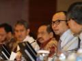 Menteri Keuangan Muhamad Chatib Basri (kedua kanan) memberi keterangan mengenai APBN Perubahan 2013 di Kemenkeu, Jakarta, Selasa (18/6). Dalam keterangannya Chatib Basri menyatakan Defisit anggaran yang disepakati menurun dibandingkan RAPBNP 2013 yang diajukan pemerintah sebesar 2,48 persen atau Rp 233,705 triliun dan asumsi dasar ekonomi makro antara lain pertumbuhan ekonomi ditetapkan 6,3 persen, nilai tukar rupiah terhadap dolar AS Rp 9.600, inflasi 7,2 persen, suku bunga/SPN 3 bulan 5,0 persen, harga minyak ICP 108 dolar AS per barel, lifting minyak 840 ribu bph dan lifting gas 1.240 ribu bph setara minyak. (ANTARA FOTO/M Agung Rajasa)