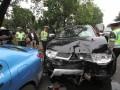 Polisi Lalu-lintas memeriksa kondisi mobil dengan no pol B 1055 BJG yang mengalami tabrakan beruntun dengan dua mobil di jalan Medan Merdeka Barat, Jakarta, Senin (17/6). Dalam kecelakaan beruntun tiga mobil tersebut tidak ada korban jiwa melainkan kerugian materi. (ANTARA FOTO/M Agung Rajasa)