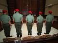 Lima dari 12 anggota Kopassus terdakwa penyerang tahanan Lapas 2B menjalani sidang militer di Pengadilan Militer II-11 Yogyakarta, Bantul, Yogyakarta, Kamis (20/6). Sebanyak 12 prajurit Kopassus Grup II Kandang Menjangan Kartosura menjalani sidang perdana terkait penyerangan yang menewaskan 4 tahanan di Lapas 2B Cebongan dengan agenda pembacaan dakwaan. (ANTARA FOTO/Noveradika)