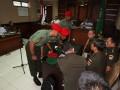 Tiga dari 12 anggota Kopassus terdakwa penyerang tahanan Lapas 2B berkonsultasi dengan penasehat hukum mereka ketika menjalani sidang militer di Pengadilan Militer II-11 Yogyakarta, Bantul, Yogyakarta, Kamis (20/6). Sebanyak 12 prajurit Kopassus Grup II Kandang Menjangan Kartosura menjalani sidang perdana terkait penyerangan yang menewaskan 4 tahanan di Lapas 2B Cebongan dengan agenda pembacaan dakwaan. (ANTARA FOTO/Noveradika)