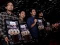 """Personil Band Samsons (ki-ka) Irfan Aulia Irsal, Chandra """"Konde"""" Christanto, Aldri Dataviadi, Erik Partogi Siagian berfoto bersama saat menerima Platinum Award dari Universal Music Indonesia di Jakarta, Rabu (19/6). Selain menerima penghargaa juga diumumkan pengunduran diri Bambang Reguna Bukit atau Bams sebagai vokalis band Samsons. (ANTARA FOTO/Muhammad Adimaja)"""