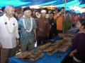 Salahuddin Wahid atau Gus Sholah (kedua kiri) bersama Calon Wakil Gubernur Jawa Timur Herman S. Sumawiredja (kiri) berdialog dengan pedagang di Pasar Kalisat, Jember, Jawa Timur, Jumat (21/6). Herman S. Sumawiredja yang berpasangan dengan Khofifah Indar Parawansa, menghadiri pengajian Muslimat Nahdlatul Ulama dan menyapa pedagang Pasar Kalisat untuk mengenalkan diri sebagai salah satu calon yang akan maju dalam pemilihan gubernur. (ANTARA FOTO/Seno)