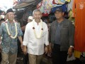 Salahuddin Wahid atau Gus Sholah (kiri) bersama Calon Wakil Gubernur Jawa Timur Herman S. Sumawiredja (kedua kiri) mengunjungi pedagang di Pasar Kalisat, Jember, Jawa Timur, Jumat (21/6). Herman S. Sumawiredja yang berpasangan dengan Khofifah Indar Parawansa, menghadiri pengajian Muslimat Nahdlatul Ulama dan menyapa pedagang Pasar Kalisat untuk mengenalkan diri sebagai salah satu calon yang akan maju dalam pemilihan gubernur. (ANTARA FOTO/Seno)