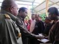 Menteri Lingkungan Hidup Berth Kambuaya, didampingi Gubernur Papua Lukas Enembe menyerahkan bantuan langsung sementara masyarakat (BLSM) kepada warga kota Jayapura yang dipusatkan di Papua Trade Centre (PTC) Entrop, Kota Jayapura, Senin (24/6). Tercatat 16.073 keluarga di Papua menerima BLSM sebesar Rp 150.000/bulan yang diterima selama empat bulan. (ANTARA FOTO/Evarukdijati)