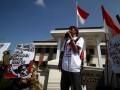 Sejumlah elemen masyarakat menggelar aksi dukung kopassus ketika sidang kasus penyerangan Lapas 2B Cebongan di depan Pengadilan Militer II-11 Yogyakarta, Bantul, Yogyakarta, Rabu (26/6). (ANTARA FOTO/Noveradika)