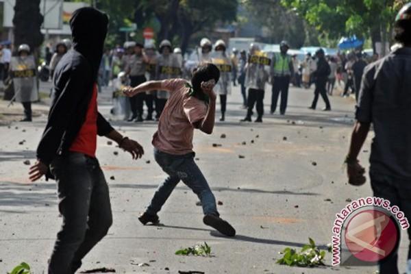 Polisi Dalam Bentrok Di Tengah Demonstrasi Menolak Kenaikan Harga Bbm