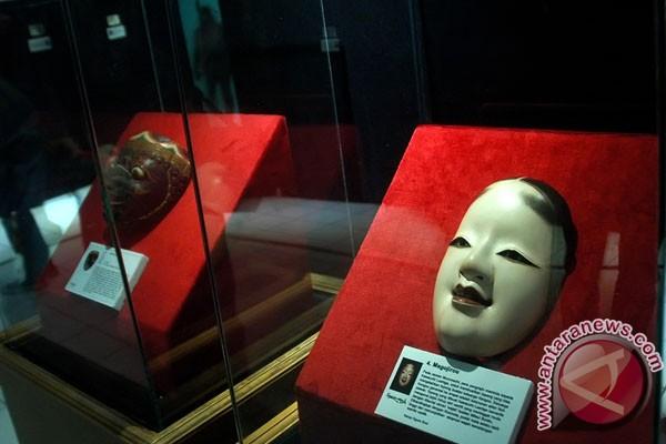 """Topeng Indonesia dan Jepang dipajang pada pameran """"Kesucian Sukma"""" di ..."""