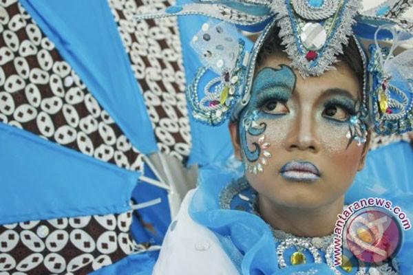 Solo Batik Carnival 6 Model membawakan rancangan kostum Solo Batik ...