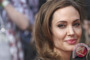 Angelina Jolie visits camp for Syrian refugees in Turkey