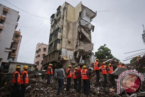 Bangunan ambruk di Mumbai, diperkirakan 50 orang terjebak