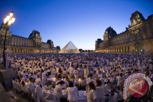 Aktivis lingkungan berunjukrasa di museum Louvre