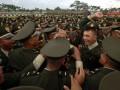 Sejumlah perwira remaja TNI AD melakukan yel-yel kegembiraan usai upacara Prasetya Perwira (Praspa) TNI-POLRI 2013 di Lapangan Banda, Akademi Angkatan Laut (AAL) Bumi Moro Surabaya, Jatim, Selasa (2/7). Sebanyak 736 Taruna Akademi TNI dan Polri yang terdiri dari 238 Taruna Akmil, 105 Kadet AAL, 108 Karbol AAU dan 285 Taruna Polri , 256 Taruna/ 49 Taruni Polri dilantik menjadi Perwira TNI � Polri oleh Presiden Susilo Bambang Yudhoyono. (ANTARA FOTO/M Risyal Hidayat)
