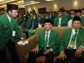 Ketua Umum DPP Partai Persatuan Pembangunan (PPP) yang juga Menteri Agama Suryadharma Ali (tengah) didampingi Wakil Ketua Umum Lukman Hakim Saifuddin (kanan) dan Sekjen Romahurmuziy menghadiri pembekalan caleg PPP di Jakarta, Rabu (3/7). Pembekalan ini merupakan konsolidasi seluruh caleg DPR PPP bersama-sama pengurus DPP PPP untuk memantapkan dan memenangkan Pemilu Legislatif 2014. (ANTARA FOTO/Widodo S. Jusuf)