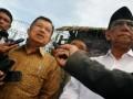 Mantan Wakil Presiden RI Jusuf Kalla (kiri), bersama mantan Ketua Umum Pengurus Besar Nahdatul Ulama, Hasyim Muzadi (kanan) menjawab pertanyaan wartawan usai mengujungi Lapas Klas I A Sukamiskin Bandung, Jumat (5/7). Dalam kunjungan tersebut Jusuf Kalla dan Hasyim Muzadi memberikan motivasi kepada para warga binaan yang menjalani masa hukuman yang diterima. (ANTARA FOTO/Agus Bebeng)
