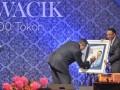Presiden Susilo Bambang Yudhoyono (kiri) menandatangani sampul buku ''Jero Wacik di Mata 100 Tokoh'' disaksikan Menteri ESDM Jero Wacik (kanan) saat peluncurannya di Jakarta, Minggu (7/7) malam. Buku itu merupakan testimoni dari para sahabatnya, berisi filosofi berpikir positif yang dianutnya sejak usia anak-anak sampai saat ini. (ANTARA FOTO/Yudhi Mahatma)