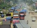 Sejumlah kendaraan truk berjalan merayap di ruas Jalan Ir Soekarno Hatta Kota Bandarlampung, Selasa (9/07). Jalan lintas Sumatera itu menjadi salah satu titik rawan macet saat arus mudik karena pengerjaan pelebaran badan jalan yang belum rampung sejak beberapa tahun terakhir. (ANTARA FOTO/Kristian Ali)