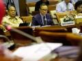 Menkes Nafsiah Mboi (kanan) bersama Wakil Menkeu Mahendra Siregar (tengah) dan Ketua Dewan Jaminan Sosial Nasional (DJSN) Chazali Husni Situmorang (kiri) mengikuti rapat kerja dengan Komisi IX DPR di Gedung Parlemen, Jakarta, Rabu (10/7). Rapat tersebut membicarakan soal persiapan tentang Jaminan Kesehatan Nasional. (ANTARA FOTO/Widodo S. Jusuf)