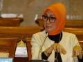 Anggota Komisi IX DPR Okky Asokawati mengikuti rapat kerja dengan Menteri Kesehatan, Menteri Keuangan, Bappenas dan jajarannya di Gedung Parlemen, Jakarta, Rabu (10/7). Rapat tersebut membicarakan soal persiapan tentang Jaminan Kesehatan Nasional. (ANTARA FOTO/Widodo S. Jusuf)
