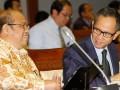 Wakil Menkeu Mahendra Siregar (kanan) berbincang dengan Ketua Dewan Jaminan Sosial Nasional (DJSN) Chazali Husni Situmorang (kiri) ketika mengikuti rapat kerja dengan Komisi IX DPR di Gedung Parlemen, Jakarta, Rabu (10/7). Rapat tersebut membicarakan soal persiapan tentang Jaminan Kesehatan Nasional. (ANTARA FOTO/Widodo S. Jusuf)