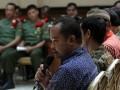 Seorang dari enam tahanan LP Cebongan saat menjadi saksi di Pengadilan Militer II-11 Bantul, Kamis (11/7). Sidang menghadirkan enam tahanan sebagai saksi dalam kasus penyerangan LP Cebongan yang menewaskan empat tahanan titipan Polda Yogyakarta pada 23 Maret 2013 yang lalu. (ANTARA FOTO/Regina Safri)