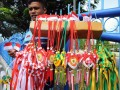 Seorang penjual menawarkan pernak pernik miniatur bendera dan ketupat merah putih di Pekanbaru, Senin (15/7). Peringatan HUT Indonesia ke-68 yang jatuh pada bulan Ramadhan memunculkan ide kreatif pedagang untuk membuat hiasan ketupat berwarna merah putih, yang ditarwarkan seharga Rp20.000 per pasang. (ANTARA FOTO/FB Anggoro)