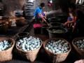 Sejumlah pekerja membersihkan telor asin di rumah industri telor asin Desa Pesantunan, Brebes, Jateng, Selasa (16/7). Selama Ramadhan, produksi telor asin meningkat hingga 60 persen dan harga telor asin naik dari Rp 3100 per butir menjadi Rp 3400 perbutir (telor asin rebus) dan Rp 3600 per butir (telor asin panggang). (ANTARA FOTO/Oky Lukmansyah)