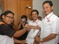 Pasangan Calon Walikota dan Wakil Walikota Bogor periode 2014-2019 Achmad Ru'yat (kanan)-Aim Halim Permana (tengah) menerima surat penetapan sebagai Calon walikota dan wakil walikota dari ketua KPUD Kota Bogor Agus Teguh (kiri) di KPUD Kota Bogor, Jabar, Sabtu (20/7). KPUD Kota Bogor menetapkan lima pasangan calon Walikota dan Wakil walikota Bogor yang terdiri dari tiga pasang diusung oleh partai politik dan dua pasang dari jalur independen untuk mengikuti pilkada yang akan dilaksanakan pada 14 Sepetember 2013. (ANTARA FOTO/Jafkhairi)