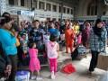 Sejumlah penumpang kereta api tujuan Jawa Tengah dan Jawa Timur mlai memadati stasiun kereta api Jakarta Kota, Selasa (30/7). Puncak arus mudik Lebaran 2013 diperkirakan H-5 atau 3 Agustus 2013. (ANTARA FOTO/Paramayuda)