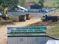 Sejumlah kendaraan terparkir di sekitar proyek pembangunan jalan tol Cikampek-Palimanan (Cipal) di Palimanan, Cirebon, Jawa Barat, Selasa (30/7). Ruas jalan tol sepanjang 116 km ini merupakan bagian penting dari ruas jalan tol lintas Jawa yang akan mengoptimalkan distribusi barang dan transportasi antar propinsi di pulau Jawa. (ANTARA FOTO/Dedhez Anggara)
