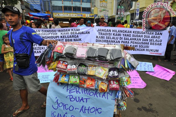 Puluhan PKL Tanah Abang pada Senin (15/7) berunjuk rasa menuntut ...