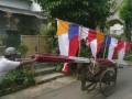 Penjual bendera mendorong gerobak berisi bendera merah putih dan tiang bendera yang dijajakan di kawasan Sawangan, Depok, Jawa Barat, Senin (5/8). Bendera yang dijual guna menyambut HUT Kemerdekaan RI ke-68 itu dengan harga berkisar Rp. 40 rIbu - RP. 75 ribu per lembar dan tiang bambu seharga Rp. 15 ribu per batang. (ANTARA FOTO/Dodo Karundeng)
