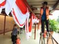 Seorang pekerja memasang hiasan bendera merah putih di Terminal 1B Bandara Soekarno Hatta, Tangerang, Banten, Selasa (6/8). Menjelang hari kemerdekaan Indonesia yang jatuh pada tanggal 17 Agustus mendatang, pihak bandara sudah mulai memasang hiasan bendera merah putih di sekitar bandara. (ANTARA FOTO/Rivan Awal LIngga)
