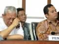 Pemohon Ahmad Marju Kodri (kiri) menyeka air matanya di samping pemohon lainnya pasangan Arief R Wismansyah (kanan) dan Sachrudin (tengah) pada sidang sengketa Pilkada Tangerang dengan agenda pembacaan putusan di Jakarta, Selasa (6/8). DKPP memerintahkan KPU Provinsi Banten untuk memulihkan dan mengembalikan hak konstitusional Bakal Pasangan Calon H Arief R Wismansyah-H Sachrudin dan Bakal Pasangan Calon H Ahmad Marju Kodri-Gatot Suprijanto untuk menjadi Pasangan Calon Peserta Pemilukada Walikota dan Wakil Walikota Tangerang Tahun 2013, serta menjatuhkan sanksi berupa Pemberhentian Sementara kepada ketua dan tiga anggota KPU Kota Tangerang sampai selesainya penetapan calon terpilih Pemilukada Walikota dan Wakil Walikota Tangerang Tahun 2013. (ANTARA FOTO/Andika Wahyu)