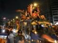 Sejumlah remaja berpawai merayakan malam Takbiran dengan menaiki atap minibus di kawasan Kemayoran, Jakarta Pusat, Rabu (7/8). Larangan dan himbauan untuk tidak berpawai saat Takbiran tak dapat membendung antusiasme warga menyambut perayaan Hari Raya Idul Fitri 1434 H. (ANTARAFOTO/Fanny Octavianus)