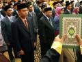 Anggota Pengawas Pemilu (Panwaslu) dari 21 kabupaten/kota diambil sumpahnya pada pelantikan mereka di Banda Aceh, Selasa (20/8) malam. Sebanyak 63 anggota Panwaslu dari 21 Kabupaten/Kota dilantik untuk meyukseskan pelaksanaan pemilu DPR, DPRD Provinsi dan DPRD Kabupaten/kota yang dijadwalkan berlangsung pada April 2014. (ANTARA FOTO/Irwansyah Putra)