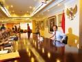 Akademisi Anies Baswedan (kanan) bersiap mengikuti wawancara prakonvensi capres dari Partai Demokrat di Jakarta, Selasa (27/8). Komite Konvensi Capres Partai Demokrat mengundang 15 peserta untuk mengikuti wawancara kesiapan mengikuti konvensi Capres Demokrat serta untuk mendalami visi dan misi setiap peserta. (ANTARA FOTO/Wahyu Putro A)