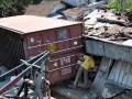 Warga melihat rumah warga yang tertimpa truk tronton bernopol H 1922 DF bermuatan kayu olahan yang mengalami kecelakaan di jalan raya Temanggung-Wonosobo desa Paponan, Kledung, Temanggung, Jateng, Kamis (29/8). Kecelakaan bermula dari truk tronton dari arah Wonosobo yang hilang kendali dan menabrak mobil pick up AD 1928 MV sehingga truk terbalik dan menimpa rumah warga, seorang warga tewas dan tiga lainnya dirawat di rumah sakit. (ANTARA FOTO/Anis Efizudin)
