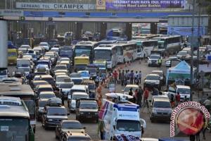 Arus menuju tempat istirahat tol Jakarta-Cikampek tersendat