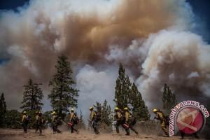 Ratusan rumah dikosongkan saat kebakaran merangsek Los Angeles utara