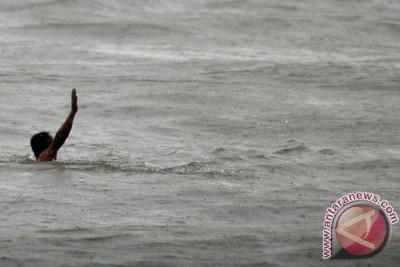 Kapal nelayan terbalik di perairan Laut Jawa