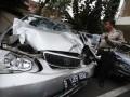 Petugas Kepolisian memeriksa mobil sedan yang hancur akibat kecelakaan lalu lintas di Korlantas Polda Metro Jaya, Jakarta, Minggu (22/9). Kecelakaan beruntun yang melibatkan empat mobil sedan menewaskan dua orang pejalan kaki. (ANTARA FOTO/M Agung Rajasa)