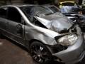 Keluarga korban melihat dua mobil sedan hancur akibat kecelakaan lalu lintas di Korlantas Polda Metro Jaya, Jakarta, Minggu (22/9). Kecelakaan beruntun yang melibatkan empat mobil sedan menewaskan dua orang pejalan kaki. (ANTARA FOTO/M Agung Rajasa)