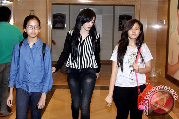 AQJ dikunjungi teman-teman sekolah